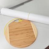 Доска для резки и рулон бумаги