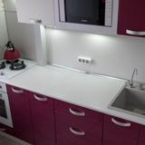 Кухонный стол, плита и водопровод